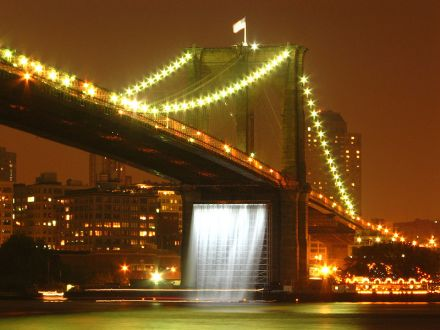 800px-Olafur_Eliasson's_Waterfalls_under_the_Brooklyn_Bridge